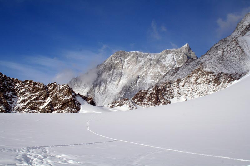 view of the highest point in antarctica vinson massif