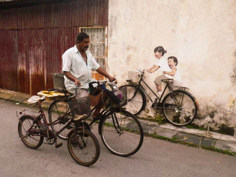 interactive street art painted kids on wall riding real bike armenian street george town malaysia ernest zacharevic 6 This Interactive Street Art in Malaysia is Brilliant