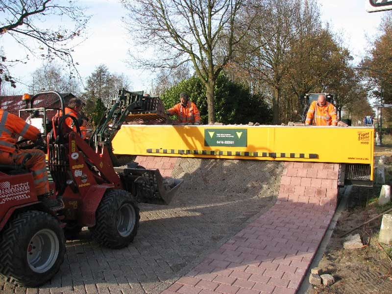 tiger stone brick laying machine outputting multiple interlocking patterns at the same time