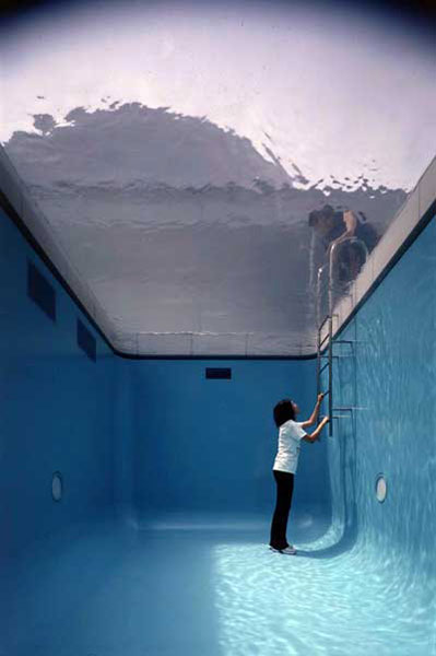 fake swimming pool illusion leandro erlich 2 Robert Morriss Interactive Glass Labyrinth