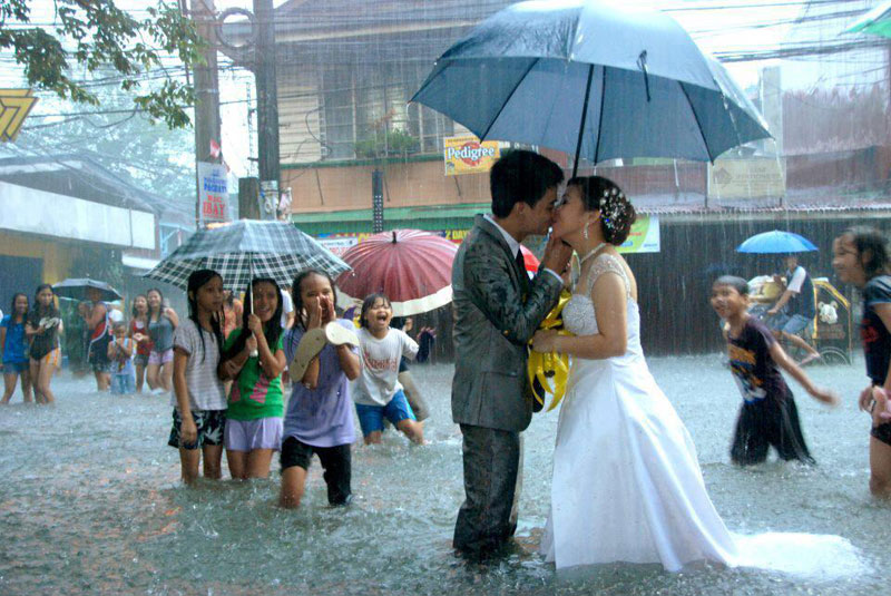 rain on wedding day for better or worse getting married in philippines during floods Picture of the Day: For Better or For Worse