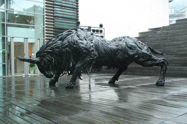 animals made from tires by yong ho ji 6 Animal Sculptures Made from Old Tires