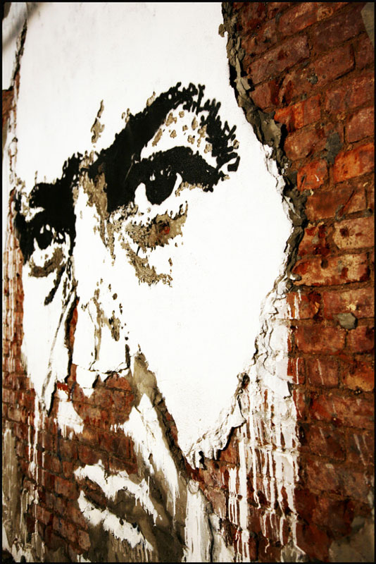 portraits chiseled into walls street art vhils alexandre farto 2 15 Street Art Portraits Chiseled Into Walls