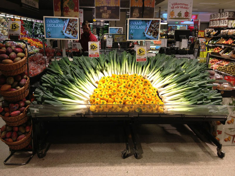 vegetable display sun grocery store supermarket peppers leeks 12 Artful Displays of Vegetables