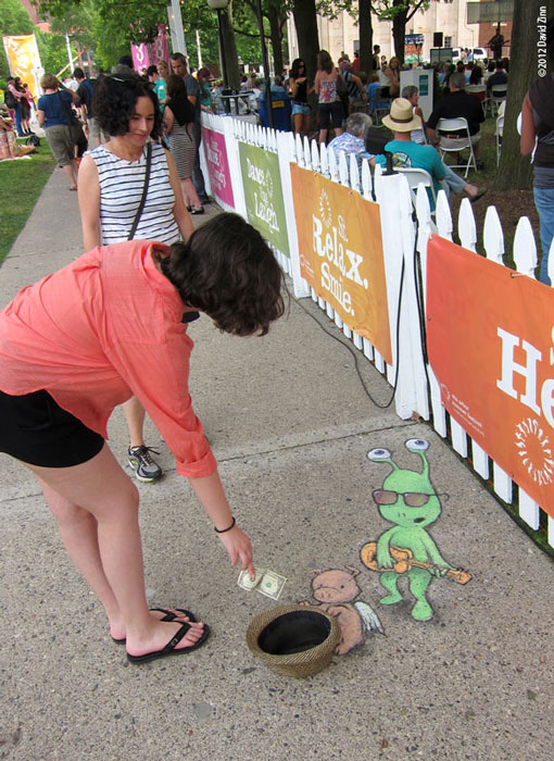 busking sluggo by david zinn The Incredible 3D Chalk Art of David Zinn