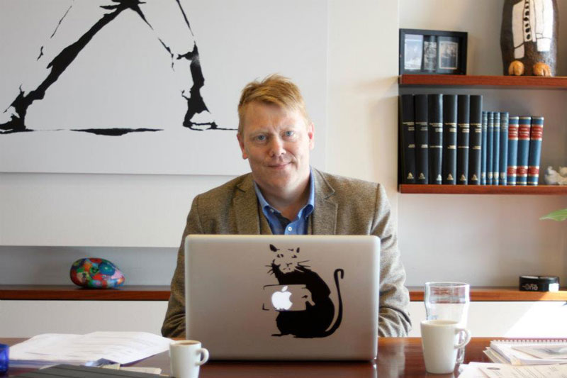 jon gnarr banksy artwork in office 12 Reasons Why Jon Gnarr is the Worlds Most Interesting Mayor