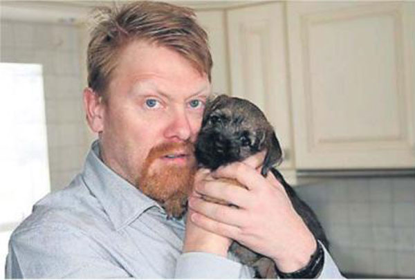 jon gnarr with a puppy 12 Reasons Why Jon Gnarr is the Worlds Most Interesting Mayor