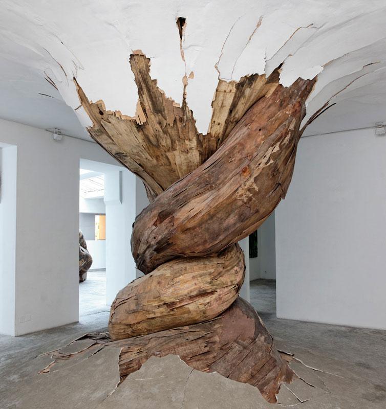 அன்றாடம் அசத்தல் படங்கள்  - Page 19 Organic-wood-sculptures-henrique-oliveira-photo-aurelien-mole