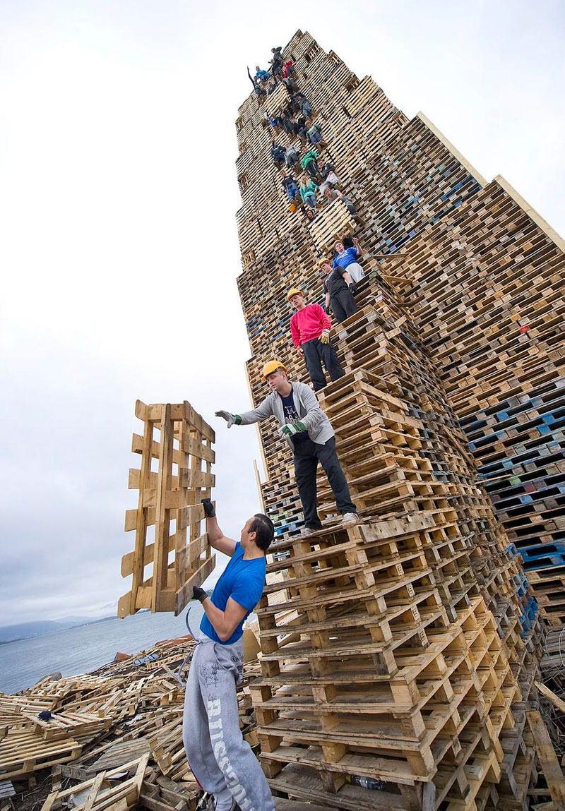 worlds biggest bonfire alesund norway sankthans slinningsbalet midsummer (1)