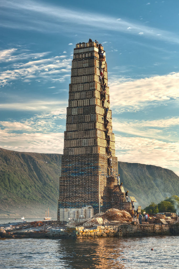 worlds biggest bonfire alesund norway sankthans slinningsbalet midsummer (2)