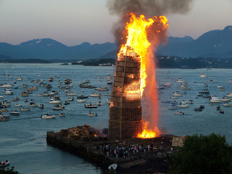 worlds biggest bonfire alesund norway sankthans slinningsbalet midsummer (3)