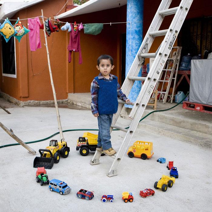 kids pose with their favourite childhood toys gabriele galimberti (1)