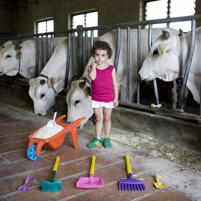 kids pose with their favourite childhood toys gabriele galimberti (10)