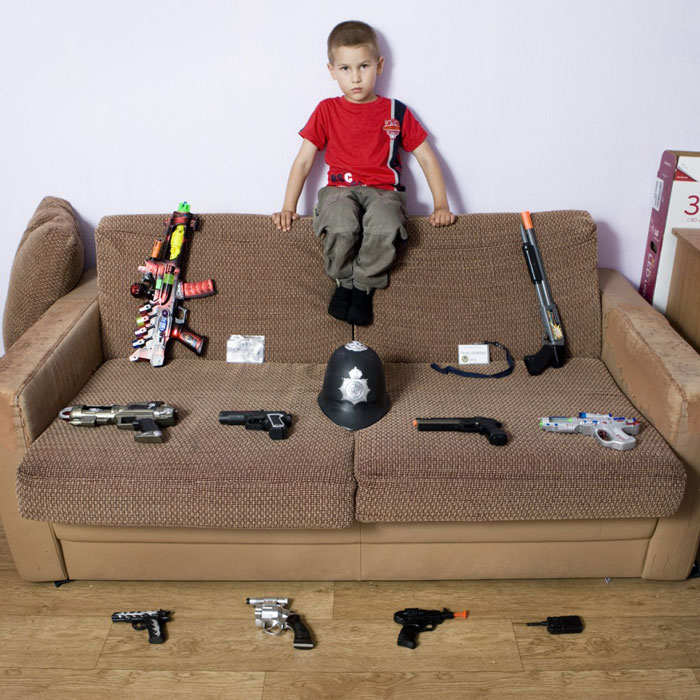 kids pose with their favourite childhood toys gabriele galimberti (13)