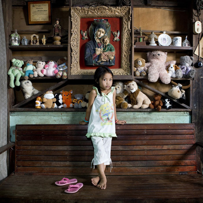 kids pose with their favourite childhood toys gabriele galimberti (14)