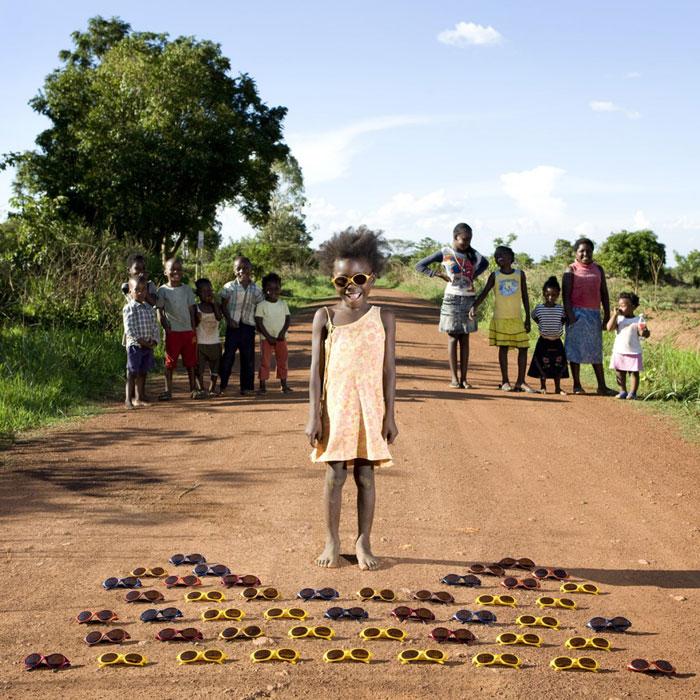 kids pose with their favourite childhood toys gabriele galimberti (17)