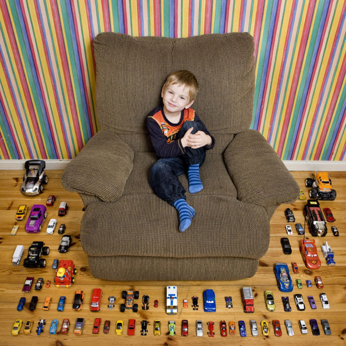 kids pose with their favourite childhood toys gabriele galimberti (19)