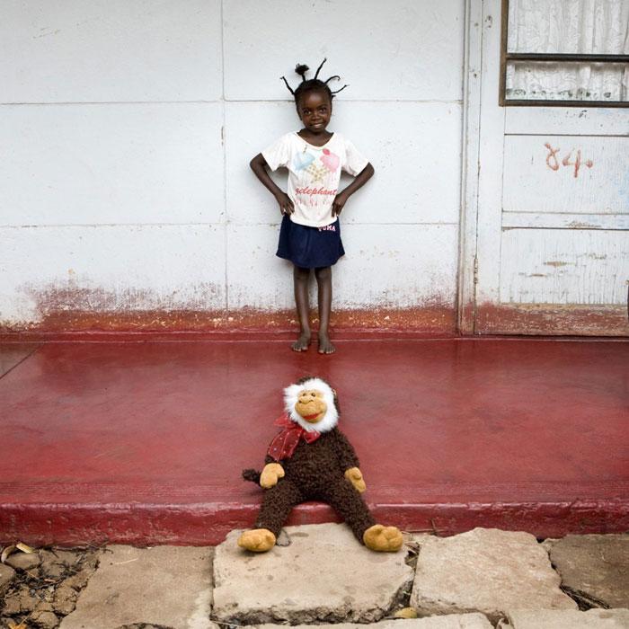 kids-pose-with-their-favourite-childhood-toys-gabriele-galimberti-(22)