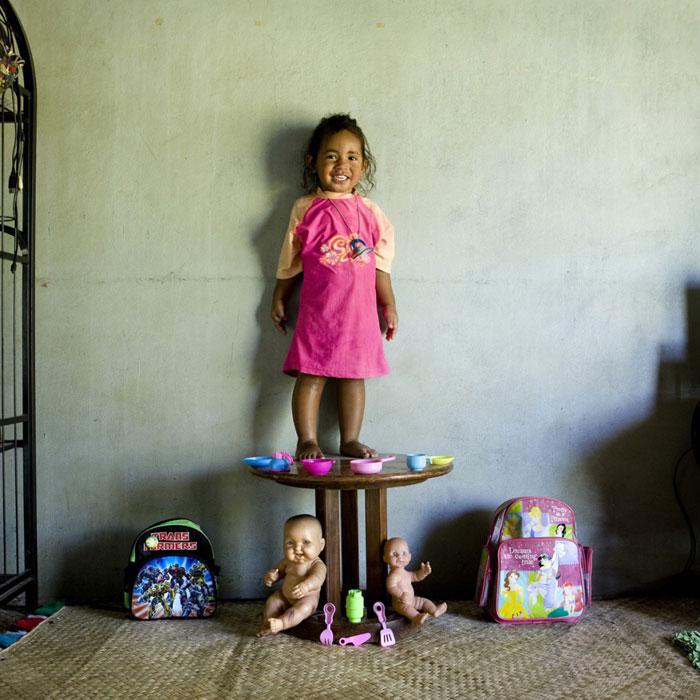 kids-pose-with-their-favourite-childhood-toys-gabriele-galimberti-(23)
