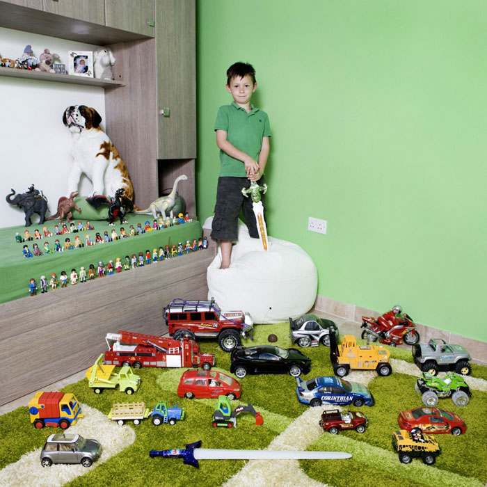kids-pose-with-their-favourite-childhood-toys-gabriele-galimberti-(24)
