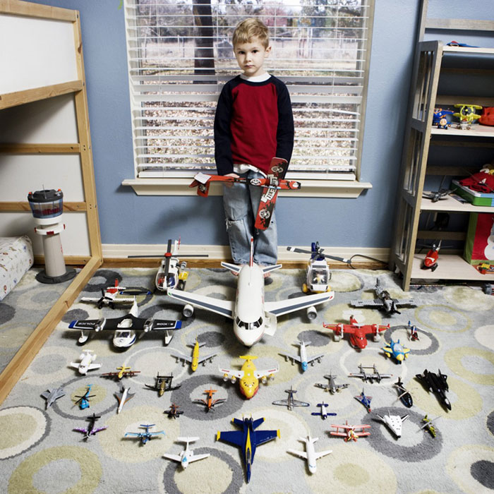 kids pose with their favourite childhood toys gabriele galimberti (3)