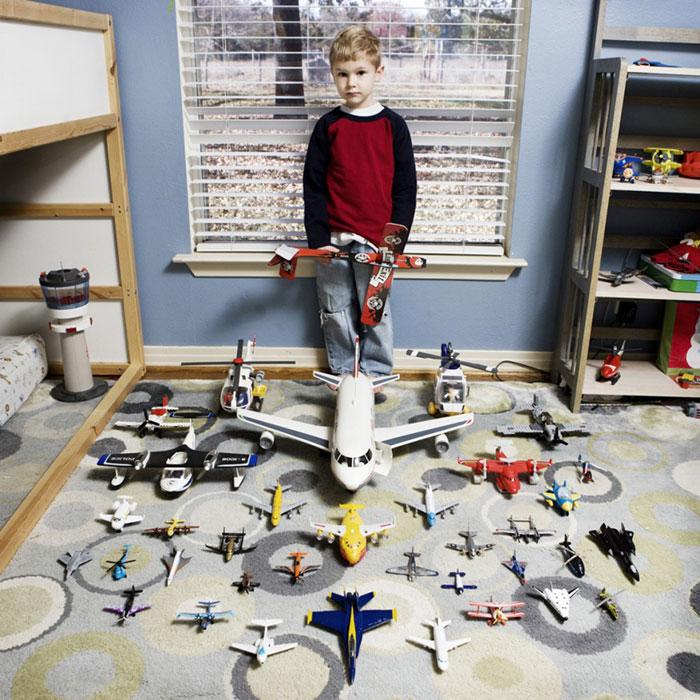 kids pose with their favourite childhood toys gabriele galimberti (3)