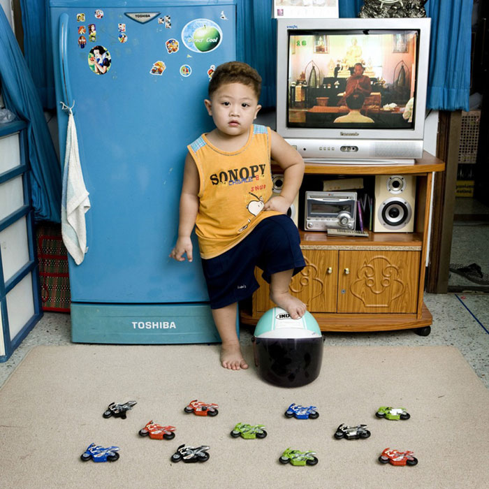 kids pose with their favourite childhood toys gabriele galimberti 5 Childhood Photos Recreated Decades Later