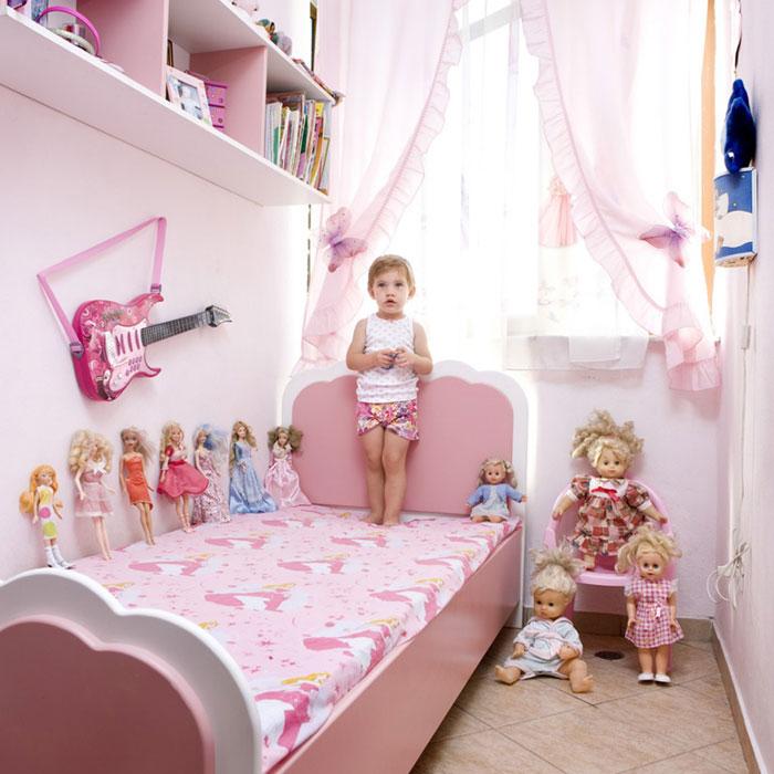kids pose with their favourite childhood toys gabriele galimberti (6)