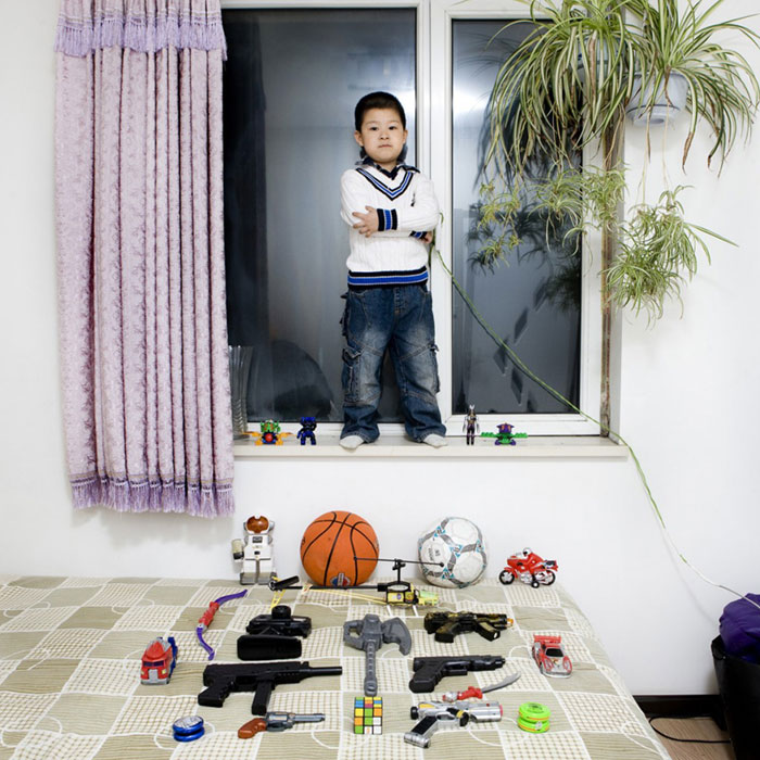 kids pose with their favourite childhood toys gabriele galimberti (8)