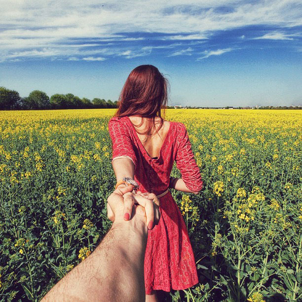 photographer follows girlfriend around the world holding hand photo series (10)