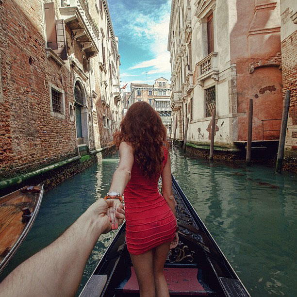 photographer follows girlfriend around the world holding hand photo series (12)