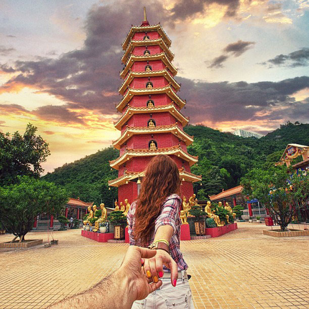 photographer follows girlfriend around the world holding hand photo series (13)