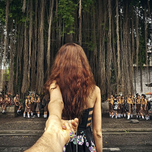 photographer follows girlfriend around the world holding hand photo series (16)
