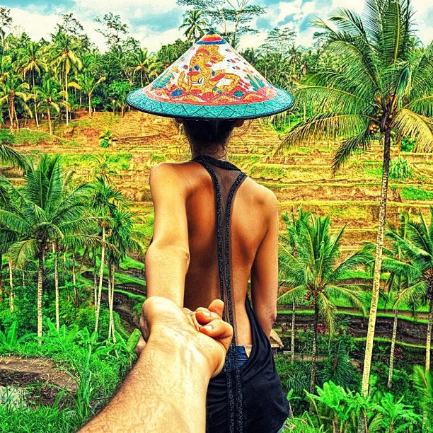 photographer follows girlfriend around the world holding hand photo series (2)