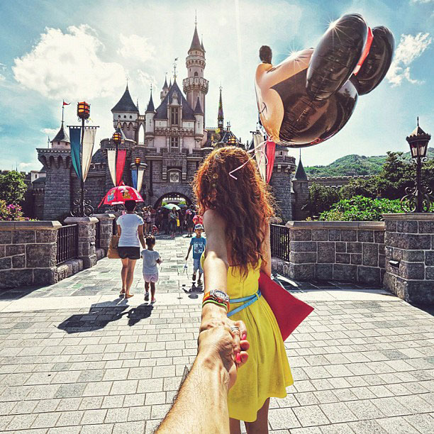 photographer follows girlfriend around the world holding hand photo series (7)
