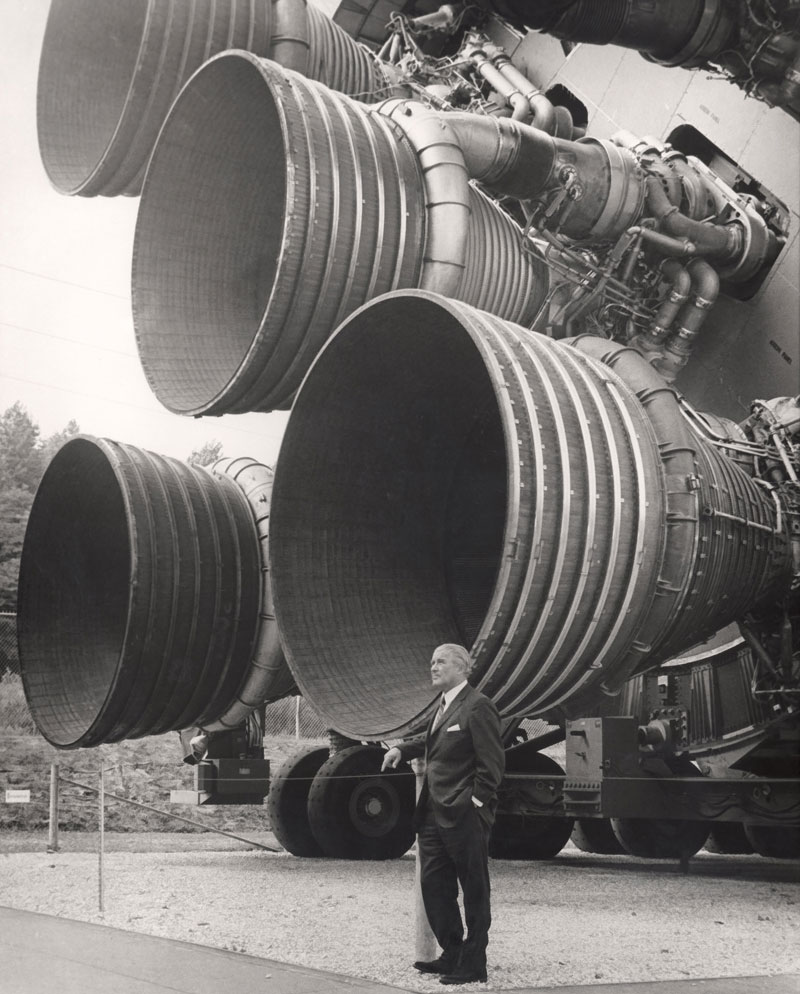 Wernher-von-Braun-father-of-rocket-science-in-front-of-saturn-rockets