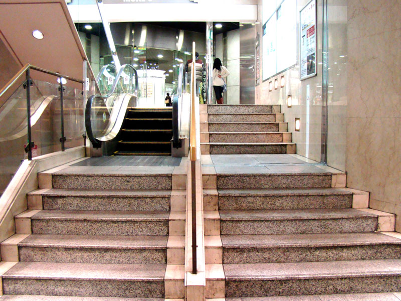 worlds shortest escalator kawasaki japan mores department store Picture of the Day: Worlds Shortest Escalator