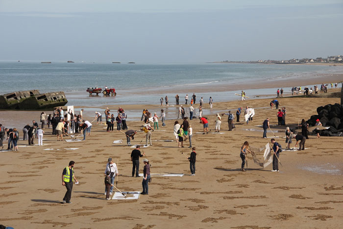 fallen soldiers etched into sand normandy beach peace day land art project (6)
