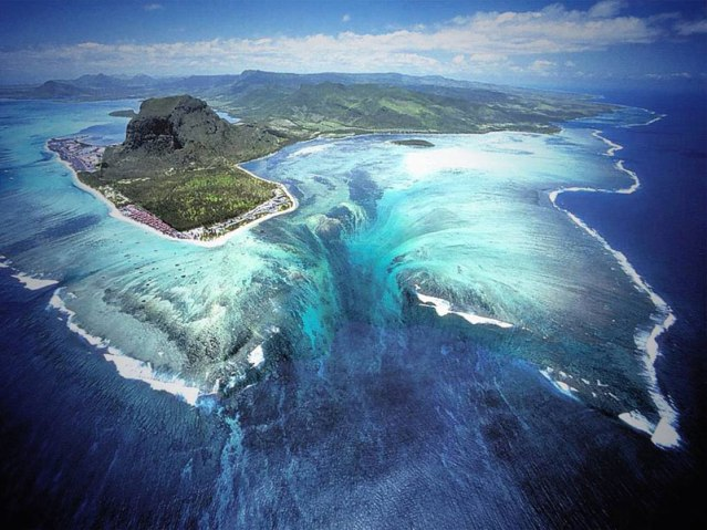underwater waterfall trench le morne mauritius (1)