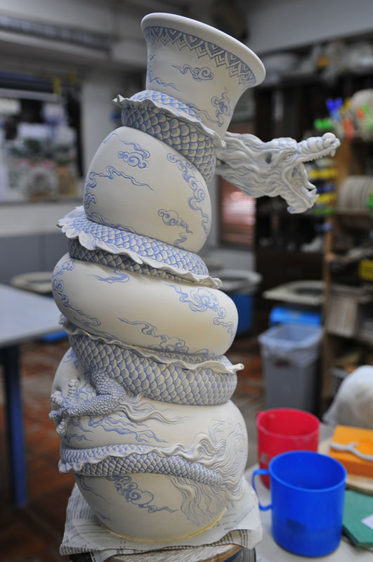 dragon strangling ceramic vase by johnson tsang (17)