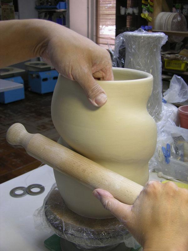 dragon strangling ceramic vase by johnson tsang (2)
