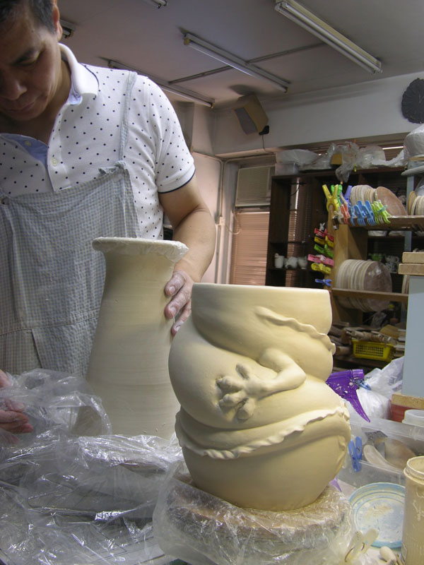dragon strangling ceramic vase by johnson tsang (3)