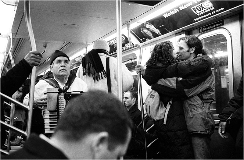 romantic moments on new york subway street photography by matt weber (1)