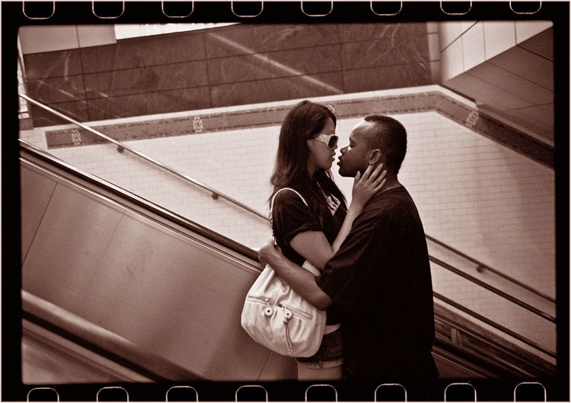 romantic moments on new york subway street photography by matt weber (4)