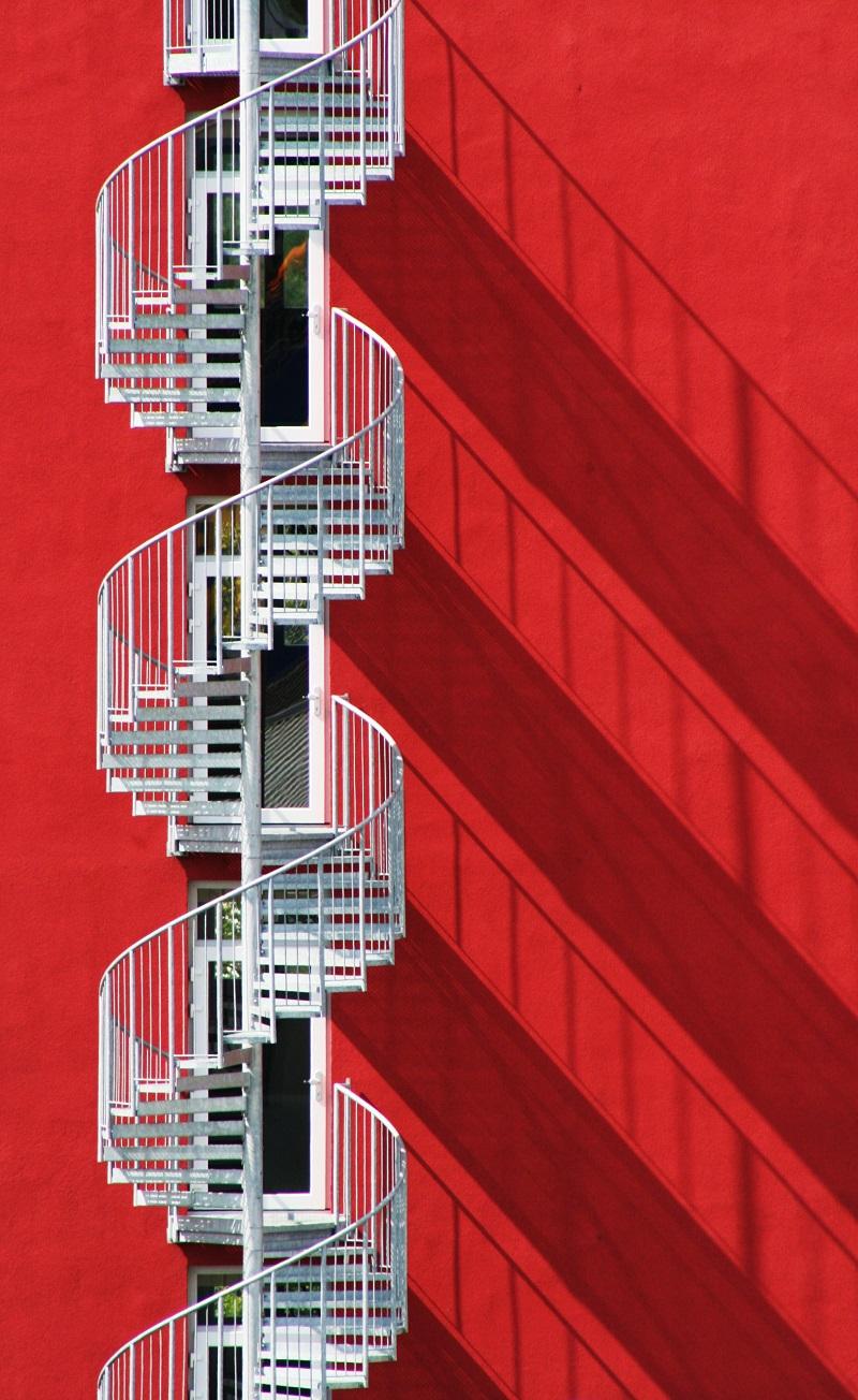 escada em espiral e sombras vermelho,en
