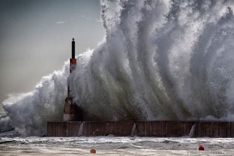 crashing waves into lighthouse pier gaia portugal Picture of the Day: The Power of the Ocean