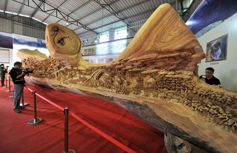 World's Longest Wooden Carving was Made from a Single Tree Trunk zheng chunhui (5)