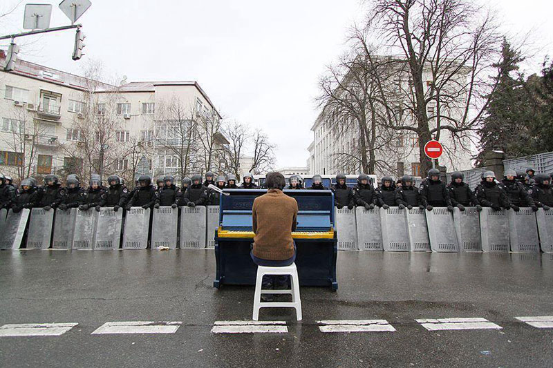 piano player in kiev protests december 2013 6 Powerful Images of Music in Unexpected Places
