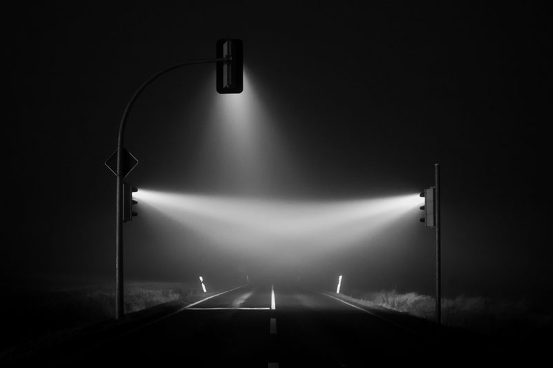traffic lights in the fog long exposure by lucas zimmerman (3)