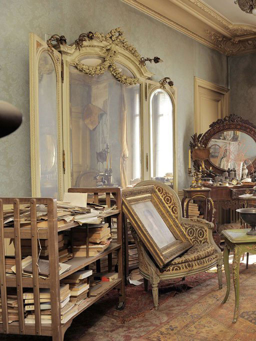 perfectly preserved paris apartment discovered after 70 years with valuables and paintings (1)